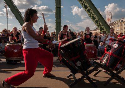 A Taiko HUNGARY Japándob Egyesület dobcsoportjának bemutatója a Szabadság hídon