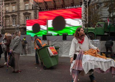 A Terror Háza Múzeum előtt, az Andrássy úton, Orbán Viktor miniszterelnöknek az 1956-os forradalom és szabadságharc emlékére elmondott ünnepi beszéde után